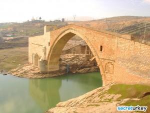 Malabadi Koprusu 300x225 Diyarbakırın Neyi Meşhur